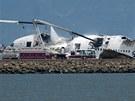 Hašení Boeingu 777, který po přistání havaroval na letišti v San Francisku.