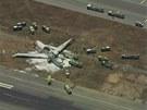 Trosky letadla pokryté hasicí pěnou. Let č. 214 havaroval v sobotu večer našeho