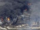 Hořící trosky vlaku, který vybuchl po vykolejení v centru kanadského městečka