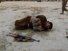 Afghánským vojákům se podařilo spoutat sebevražedného atentátníka předtím, než odpálil výbušniny připevněné na svém těle (Afghánistán, 30. června 2013).