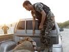 Po úspěšném zásahu pyrotechnika převážejí vojáci sebevražedného útočníka k výslechu (Afghánistán, 30. června 2013).