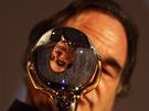 Režisér Oliver Stone s Křišťálovým glóbem ze 48. ročníku filmového festivalu v