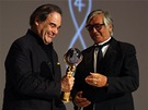 Oliver Stone přebírá od prezidenta festivalu Jiřího Bartošky cenu na 48.