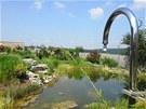 Rozlehlá zahrada s jezírkem u vily státního úředníka Romana Bočka.