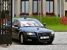 Vládní limuzína odjíždí od Kramářovy vily, kde jednal premiér Jiří Rusnok s