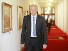 Ministr obrany Vlastimil Picek přichází na poslední jednání vlády. (3. července