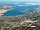 Záliv oddělující pevninu od ostrova Pag je tím prvním, co z Jadranu turisté...