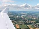 Po turbulencích nad Českem je klidný let nad prosluněnými rovinami Rakouska a...