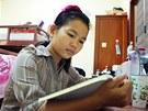 Hun Lina studuje ve svém pokoji v dívčí koleji Harpswell Foundation v