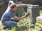 Dobrovolníci z Německa a Ukrajiny uklízejí židovský hřbitov v Krnově.