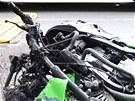 Motocykl Kawasaki začal po nárazu do stromu hořet. (6. července 2013)