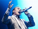 Karel Gott zp�v� na festivalu Rock for People v Hradci Kr�lov� (4. �ervence