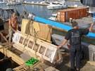 Opravy plachetnice La Grace ve španělském přístavu Sotogrande. (červenec 2013)