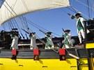 Šermíři, lodní děla i dobové pušky předvádí posádka La Grace k pobavení diváků.