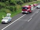 Řidič škodovky vyletěl z dálnice D1 a narazil do sloupu mostu. (8. července