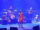 Rokia Traoré s kapelou při koncertě
