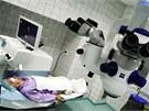 Lékař Pavel Rozsíval provádí laserovou operaci šedého zákalu v hradecké