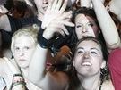 Festivalové publikum sleduje vystoupení kapely Papa Roach. (Rock for People, 3.