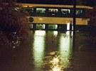 Prudká bouře uvěznila cestující příměstského vlaku v Torontu (9. července 2013).