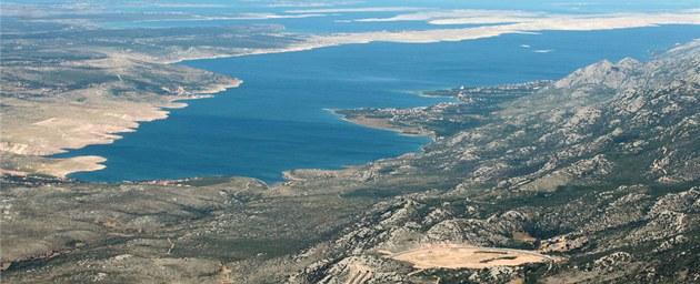 Záliv odd�lující pevninu od ostrova Pag je tím prvním, co z Jadranu turisté...