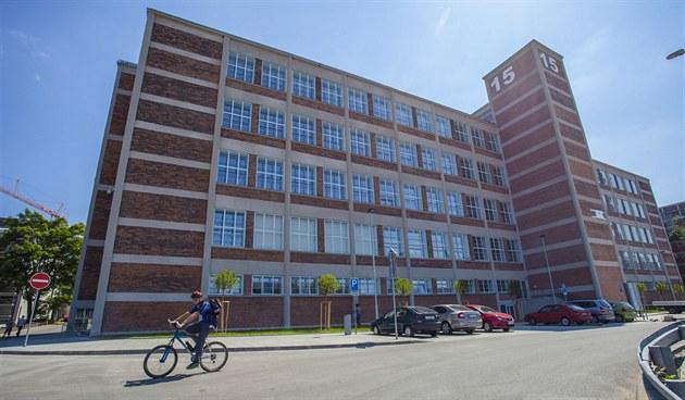 V bývalé tovární budov� budou �tená��m p�ístupná t�i patra. Z hlavního vchodu...