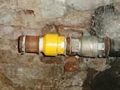 Ve sklepě domu strážníci našli uřezané plynové potrubí.