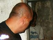 Když strážníci sklep prohlédli, našli v jednom z výklenků ukrytého