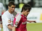 Fotbalista pra�sk� Sparty Lubo� Hu�ek (vlevo) p�i souboji s brn�nsk�m Janem...
