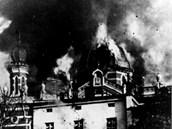 Lidé přihlížejí požáru opavské synagogy.
