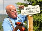 Devětasedmdesátiletý Emil Kintzl dokončuje turistické značení k Modrému sloupu.