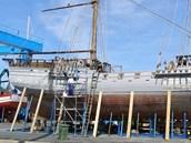 Opravy plachetnice La Grace ve španělském přístavu Sotogrande. (duben 2013)