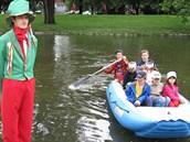 Vodník Bečvoch vítal děti na prvním stanovišti, kde se dozvěděly o tom, jak se