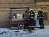 Stánek s kávou Kofi Kofi na rohu ulic České a Joštovy hasili hasiči.