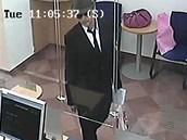 V pražské bance na Lazarské loupil ve špatně padnoucím obleku a mysliveckém...