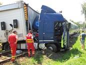 Řidič kamionu vjel na přejezd ve chvíli, kdy se k němu blížil osobní vlak.