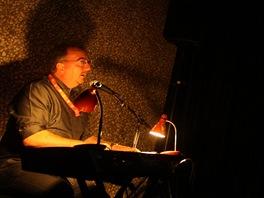 Pianista Neil Brand hraje na 48. ročníku karlovarského festivalu k němým filmům.
