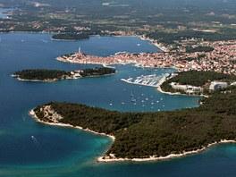Blížíme se ke starodávnému městečku Rovinj. Pobřeží Istrie je jiné, než to na...