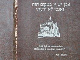 Detail památníku opavské synagogy.