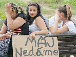 Romov� na sv�m setk�n� kreslili transparenty. Jedn�m z nich byl i M�j ned�me.