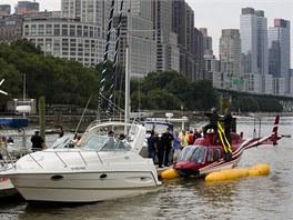 Vyhl�dkov� vrtuln�k nouzov� p�ist�l na pontonech v New Yorku pot�, co mu po...