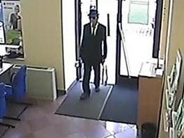 V pra�sk� bance loupil pachatel ve �patn� padnouc�m obleku a mysliveck�m
