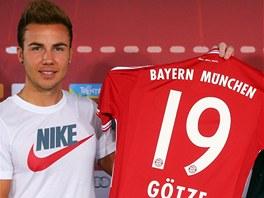 PRVNÍ TISKOVKA A HNED POPRASK. Bayern Mnichov představil Maria Götze jako letní...