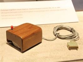 První počítačová myš Douglese Engelbarta - její replika je vystavena v Muzeu...