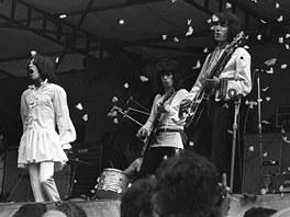 Rolling Stones v roce 1969 v Hyde Parku vypouštějí bílé motýly na počest