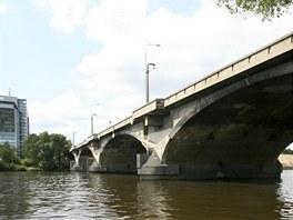 Libeňský most se nachází se v ohbí řeky Vltavy, spojuje levobřežní čtvrť...