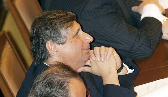 Ministr financ� Jan Fischer p�i jedn�n� Poslaneck� sn�movny. (17. �ervence 2013)