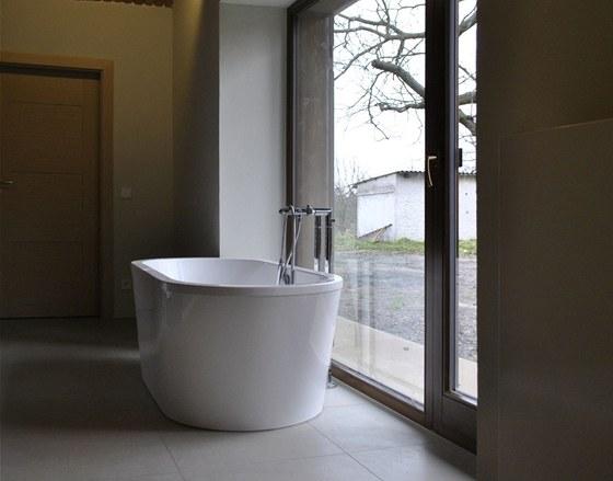 Okna koupelny a relaxační místnosti mají podobu výkladců v ocelovém