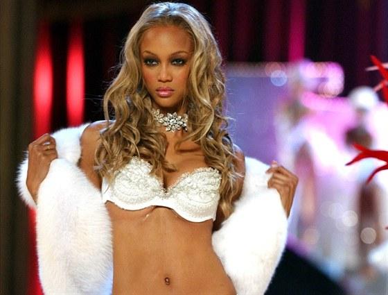 Tyra Banksová byla první modelkou tmavé pleti, která se dostala na titulní...