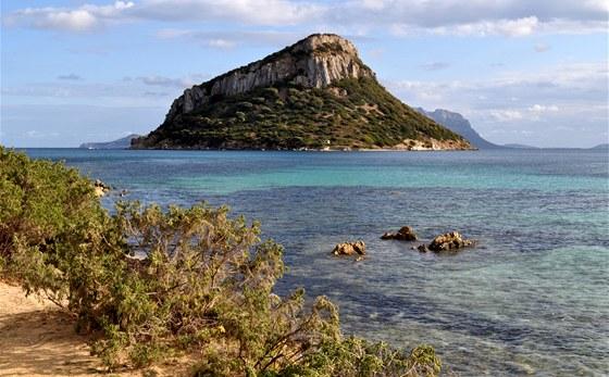 Pohled z Capo Figari na ostrov Figarolo
