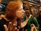 Tanja lochkina z Human Rights Watch mluví s novináři po setkání s Edwardem